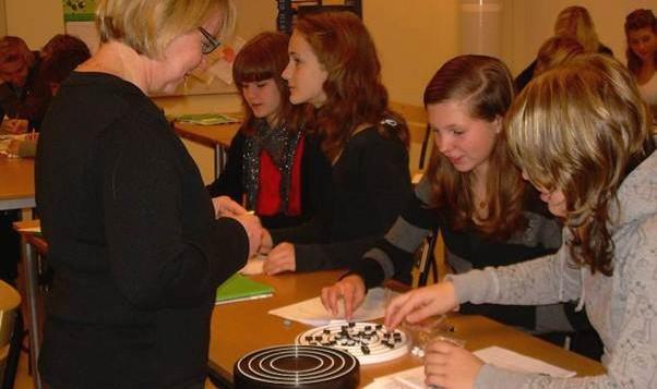 Elever og lærer arbeider med BRIGHT Atom