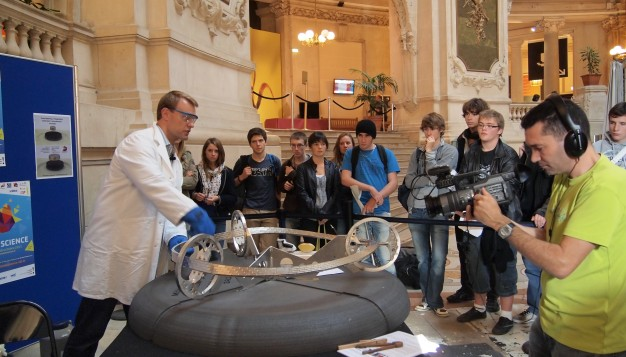 Vegard Stornes Farstad presenterer Möbiusbanen med superledende svevetog på Palais de la Decouverte i Paris, Oktober 2011