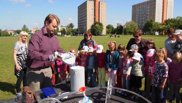 Vegard Stornes Farstad fra SRD presenterer Möbiusbanen for en gruppe skolebarn ved vitenskapsdagen hos det Teknologiske Universitetet i Bialystok